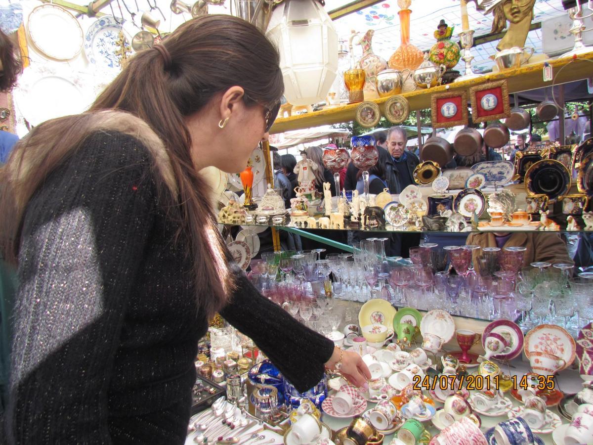 Na feira é possível comprar porcelanas, lustres e objetos de decoração em geral, por preços bem em conta