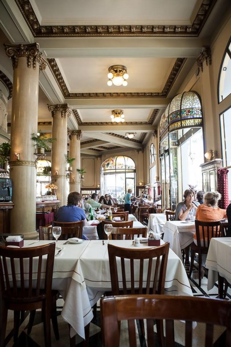 Cena típica de Buenos Aires: cafés lotados.A relação dos argentinos com esses estabelecimentos é muito forte