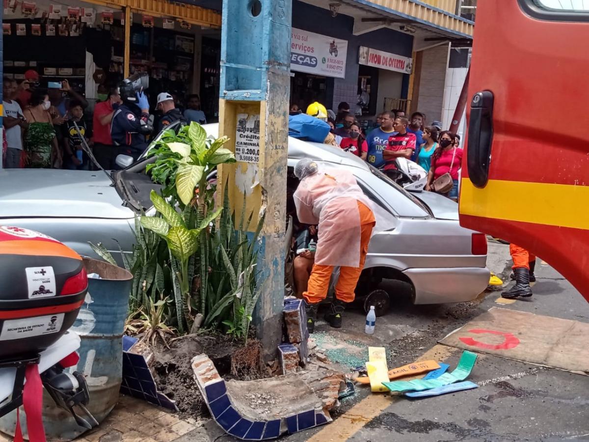 Condutor colidiu em um poste - Foto: cedida pela SMTT