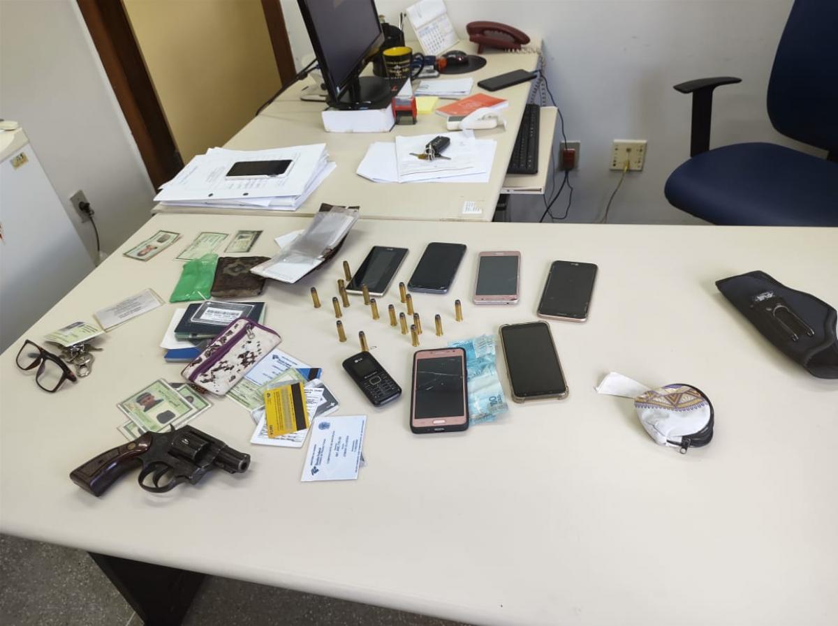 Um revolver foi apreendido com suspeitos (Foto: Rede Social/Reprodução)