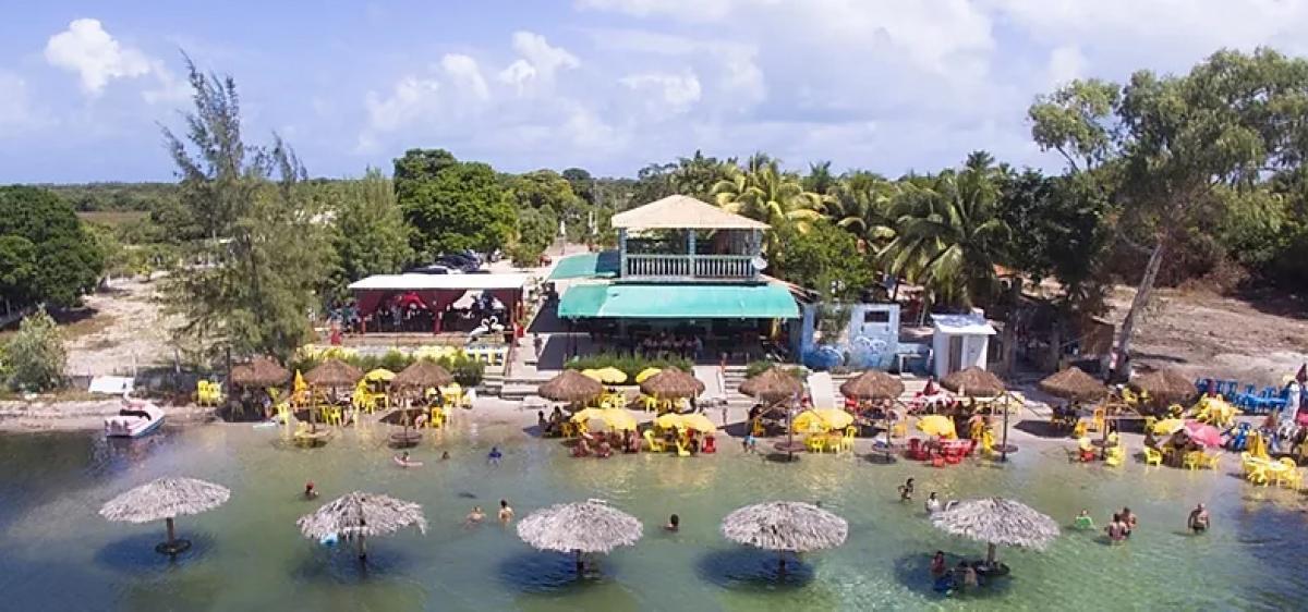 Os restaurantes às margens da lagoa vendem saquinho de ração, a R$ 2