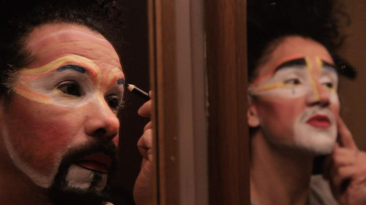 O ator Danilo Bethon se prepara para mais um espetáculo - Gabriela Lima