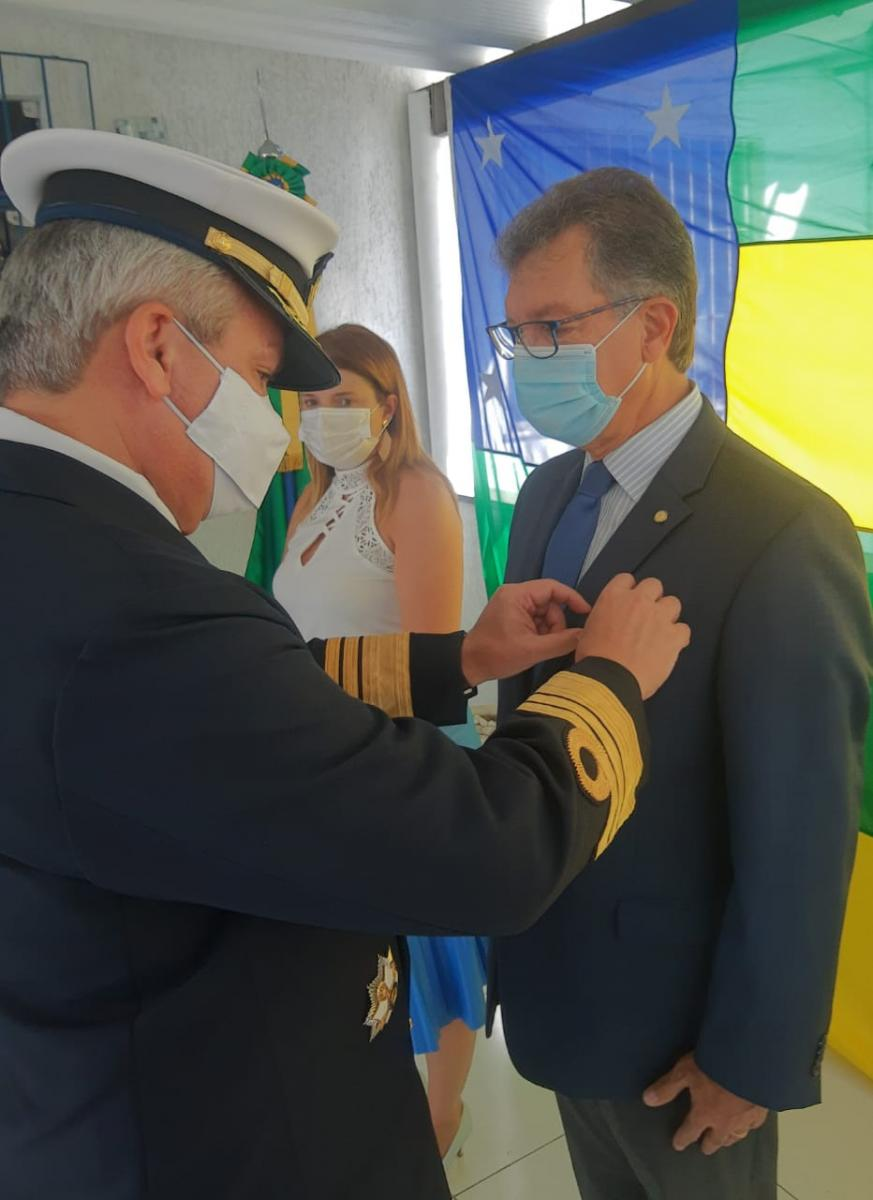 Laércio recebeu a honraria das mãos do comandante do 2º Distrito Naval, vice-Almirante Humberto Caldas da Silveira Junior. (Foto: Assessoria)