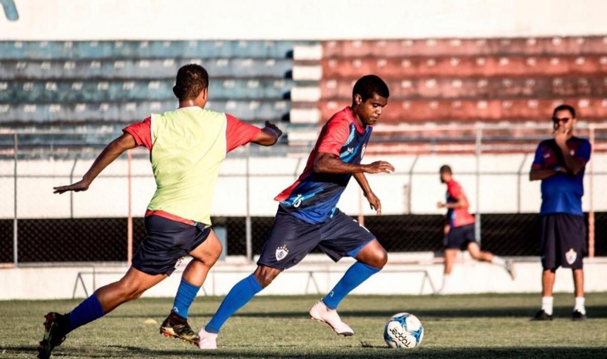 Zagueiro Hugo é observado em treino pelo técnico Ferreira. Foto: Wendell Rezende/ AOI