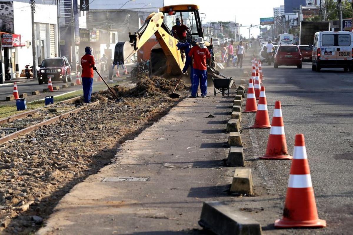 Trabalhadores dão seguimento às obras na Avenida Augusto Franco, em Aracaju. Foto: PMA