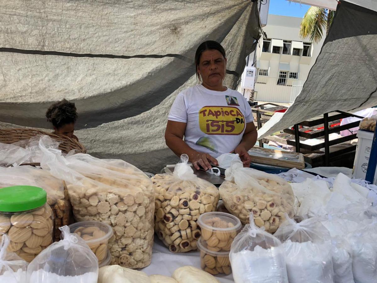 Isis Miranda vende seus biscoitos em diversas feiras livres de Aracaju há 25 anos. Foto: Saullo Hipolito/ F5 News