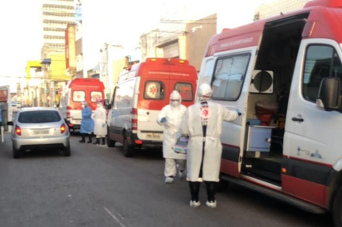 Pacientes são socorridos no Samu enquanto esperam vagas em hospitais. Foto: F5 News