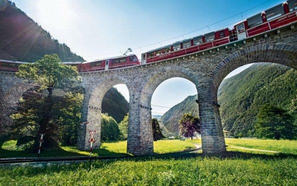 Um passeio de trem panorâmico é uma experiência imperdível na Suíça