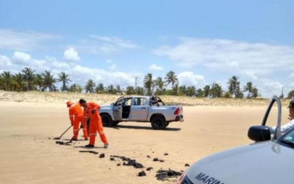 Tambor de óleo é encontrado na praia dos Náufragos, em Aracaju