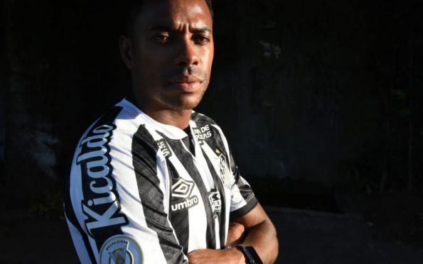 Após pressão, Santos suspende contrato de Robinho