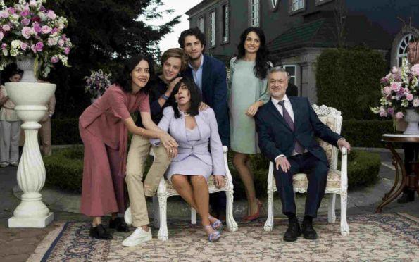 Duas famílias e suas quizumbas na berlinda com humor e crueza