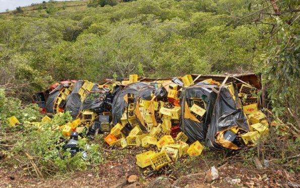 Caminhão carregado de cerveja tomba na BR 101, na Grande Aracaju