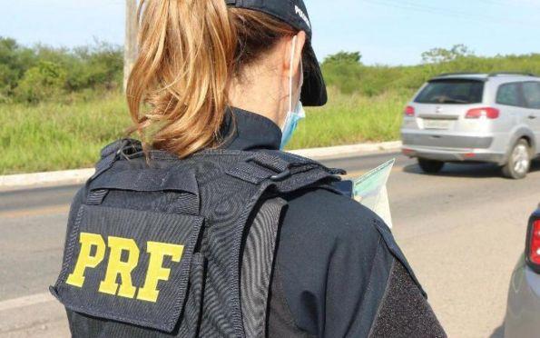 PRF flagra motociclista trafegando com CNH suspensa na BR 101