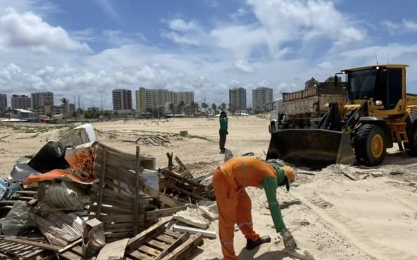 Após desocupação espontânea, Emsurb recolhe resíduos na Cinelândia