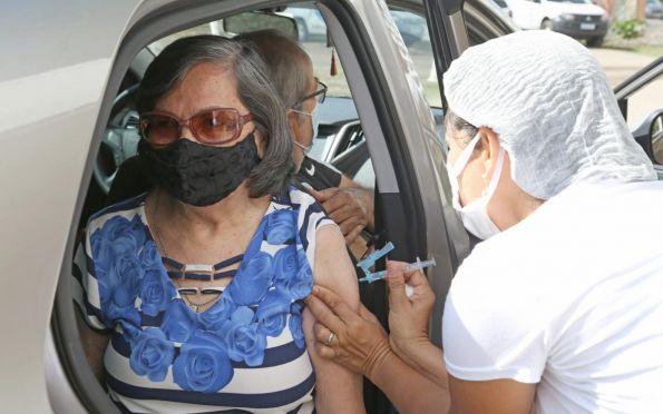 Aracaju começa a vacinar idosos de 62 anos neste domingo; veja onde