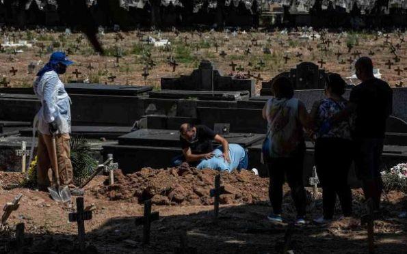 Covid: país ultrapassa 498 mil óbitos e média de mortes volta a subir