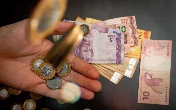 Você sabe identificar nota de dinheiro falsa? E o que fazer se receber uma?