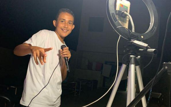Sergipano de 14 anos canta Luan Santana e ídolo compartilha postagem