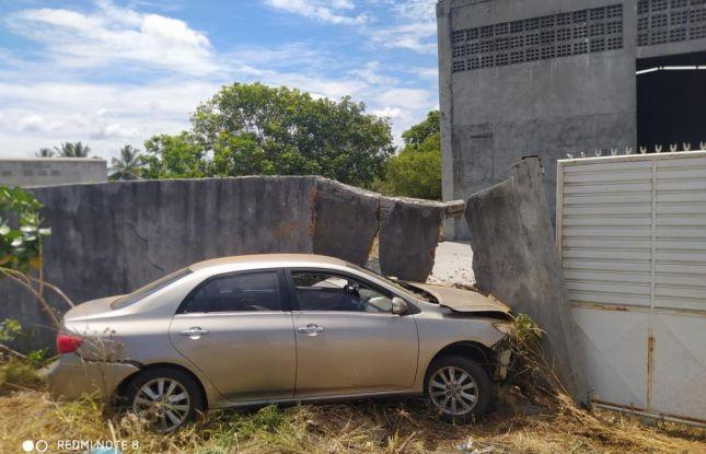 Mulher perde controle de veículo e bate em muro na SE-100