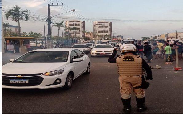 Manifestantes bloqueiam Avenida Augusto Franco em protesto por moradia