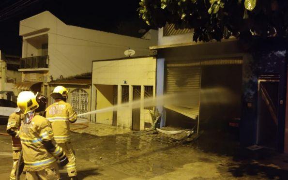 Revendedora de carros pega fogo e veículos são atingidos pelas chamas