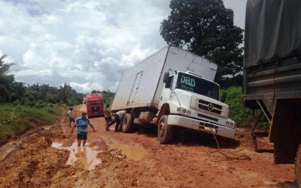 Antes da obra, caminhoneiros enfrentavam engarrafamentos e atoleiros na BR-163. Foto: Divulgação/Exército