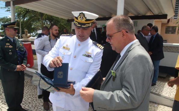 Comandante da Capitania dos Portos de Sergipe entrega medalha a Belivaldo. Foto: ASN/Reprodução