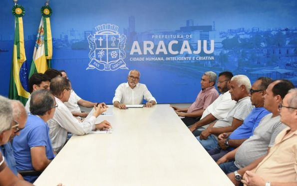 Edvaldo sanciona lei que amplia tempo de uso de táxis em Aracaju