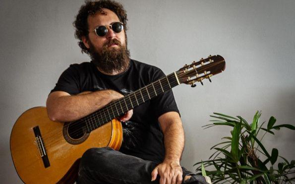 Músico Heitor Mendonça apresenta show no Café da Gente
