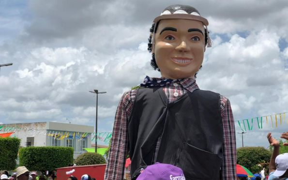 Tradicional carnaval leva foliões às ruas da cidade de Neópolis