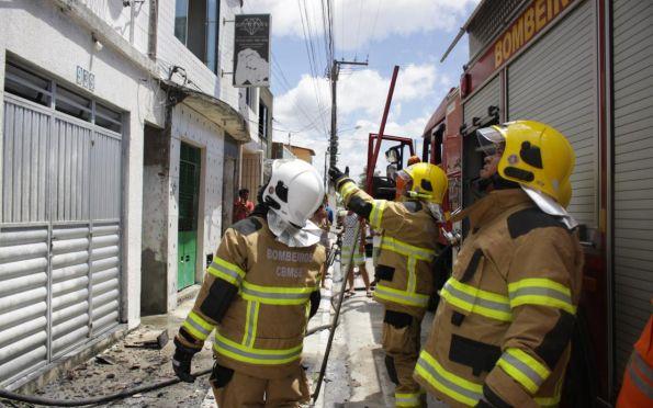 Mulher é socorrida de incêndio em Aracaju pelo Corpo de Bombeiros