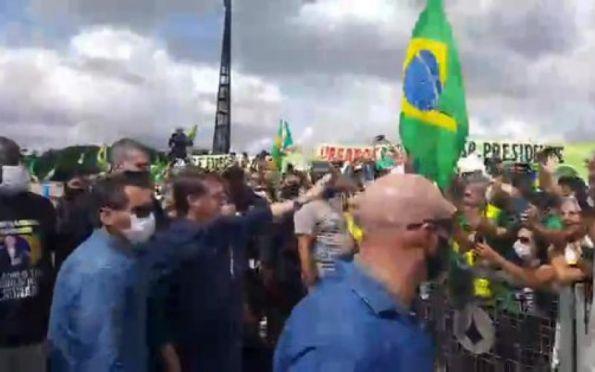 Bolsonaro participa de protesto em Brasília e cumprimenta manifestantes