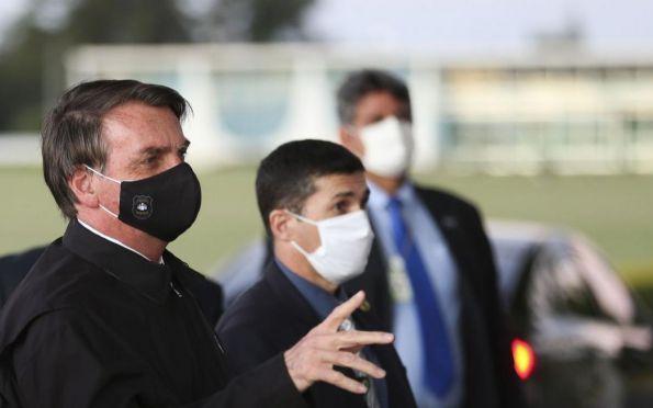 Bolsonaro veta uso de máscara em comércios, indústrias e templos