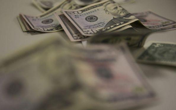 Dólar comercial cai na semana e é vendido a R$ 5,32, com recuo de 0,55%
