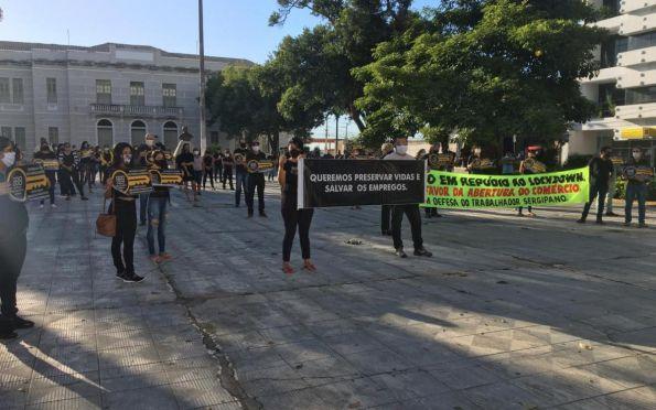 Lojistas protestam pela reabertura do comércio no centro de Aracaju