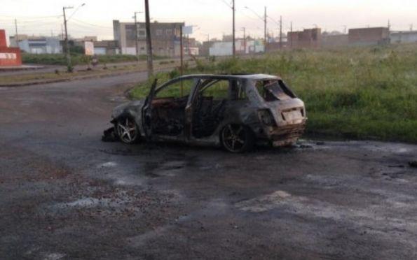 Carro é roubado e encontrado carbonizado um dia depois, em Itabaiana