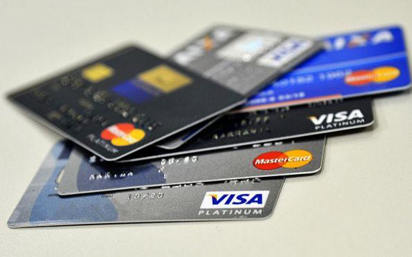 Entenda o projeto que limita juros do cheque especial e cartão neste ano